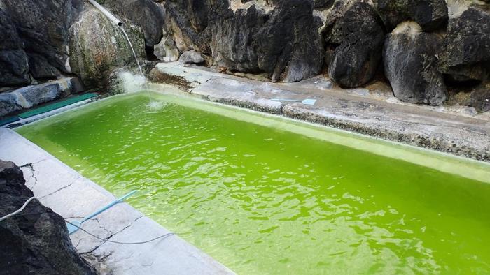 自然現象によって生まれたエメラルドグリーンの色は、天候や気温によっても微妙にその色が変化すると言われています。それにしても、まるで温泉の入浴剤を入れたかのようなきれいな色ですね。