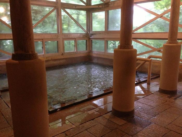 さわやかな木の香りがいっぱいのヒノキのお風呂「あねっこの湯」。内風呂と繋がった露天風呂を併設されていて、こちらも大自然と一体になれる温泉が楽しめます。