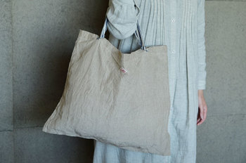 上質な原材料を用い、こだわりの織物製品を発信している「ALDIN」。シンプルなデザインで素朴な優しさが魅力のレコルトバックは、使い込む程に柔らかくなり、吸水性もUP。また、すぐ乾くというのもリネン製品の良いところです。