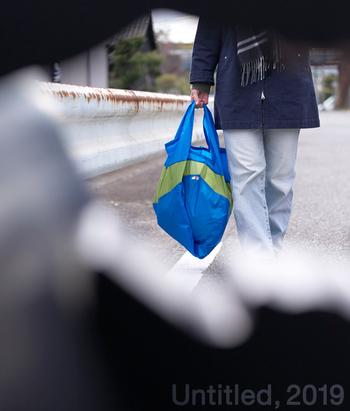 バッグの素材は、リップストップナイロン。パラシュートにも使われる素材で、アウトドア製品を中心に広く使われています。お買い物には勿論、旅先でもとっても重宝するアイテム。 くるくるっと丸めてしまえば、とってもコンパクトになるので、バッグの中にいつでもスタンバイしておきたくなりますよ!