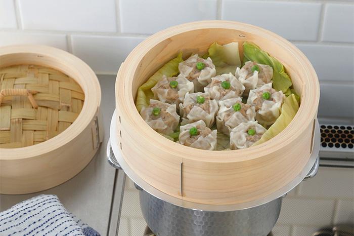 「木曽ヒノキのせいろ」は、爽やかなヒノキと竹の香りが魅力。シュウマイや肉まんはふっくらおいしく、野菜は栄養を逃さず調理できます。金属製の蒸し器よりも水分調節が得意なので、冷めてもべたつかず、おいしくいただけます。そのまま食卓に出せる、おしゃれな見た目も高評価です。