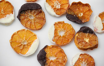 一仕事した後は、甘いものが食べたくなりますよね。疲れたときに甘いものを食べたくなるのは、足りなくなったブドウ糖を求めて、脳がSOSを出しているからなんです。とはいっても砂糖をたくさん使ったお菓子やスイーツは健康面が気になるところ。  そんなときは、ゆるやかに血糖値が上がるフルーツなどがおすすめ。ドライフルーツにちょっぴりチョコがかかっているので、満足感も得られますよ。