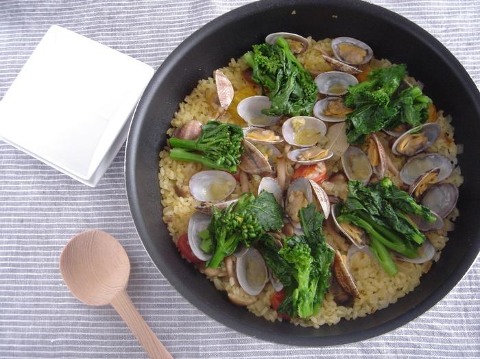 あさりの出汁で贅沢に炊き上げた春のパエリアは菜の花の緑もありで彩りもとっても綺麗。フライパンで作れるので簡単です。おもてなしにもオススメのレシピですよ。