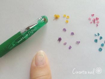 それぞれのお花から一枚ずつ花びらをはずして、ばらばらの状態にしていきます。グリーンのペンでリースのベースになる茎を描いておきましょう。