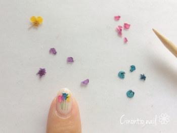 花束のように仕上げるときにも、同じ手法を使ってまずはグリーンの茎を描きます。お花を茎の上になるようにのせ、トップコートを塗って仕上げます。