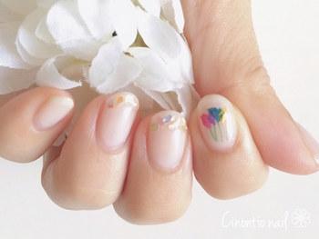 重なり合う押し花の色味がとても素敵です。人差し指の押し花を際立たせるには、ほかの指は控えめなデザインにするといいですね。