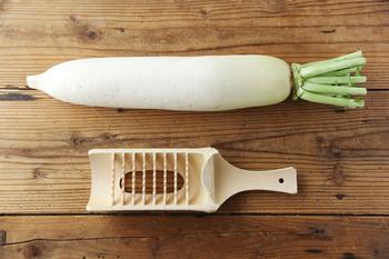大根おろしに使われる鬼おろしも、昔ながらのキッチン用品のひとつ。あえて粗い目でおろすことで大根の繊維が守られ、甘さや水分をキープすることができます。