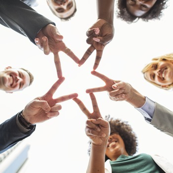 職場では、ピアプレッシャーが明確なほど周囲の評価が気になり、自分と同僚との能力を比べて不安を覚えてしまうことがあります。しかし人には誰しも得意・不得意があり、他者が苦手とする部分を別の誰かが補っていく助け合いも欠かせません。ピアプレッシャーを克服するためには、自分の個性をチームにどう活かすかを目標にして仕事のモチベーションを上げるのもひとつの方法です。