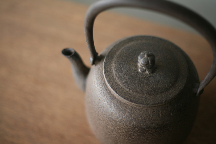 古くは茶道の道具として使われていた鉄瓶。長文堂の鉄瓶「なつめ」は50年以上作り続けられている伝統ある鉄瓶です。長年愛され続けるかわいい形と、山形鋳物伝統の美しい鋳肌が魅力的。お湯を沸かす時間も、ポットやケトルで沸かすときとは一味も二味も違う、贅沢なものになりそうです。