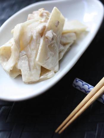 ウドの新しい威力を提案してくれている「ウドと鶏ハムの味噌マヨ和え」はクリーミーなのにさっぱりしていてお箸が止まらなくなる一品です。お子様でも美味しくいただけますよ。