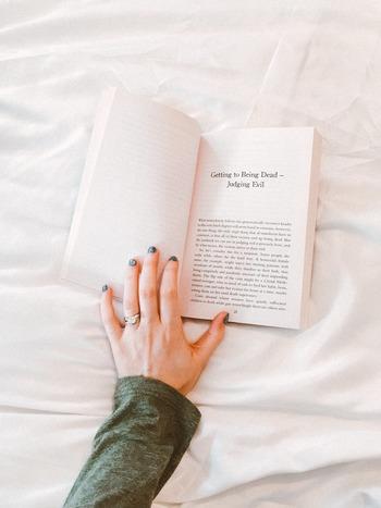 考え事をしながら本を読むことはできません。だからこそまとまりのない情報で頭が一杯の時、とりあえず一ページでもめくることで絡まった思考回路をカットできるのが本の良いところです。