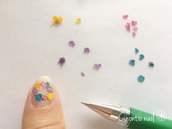 花を置いた後に、見えている茎の部分をもう少しグリーンで塗ってから、トップコートを塗って仕上げます。