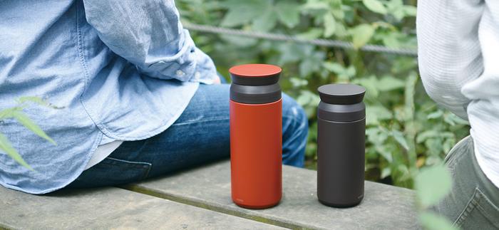 ボトル本体には、錆びにくく耐久性に優れた18-8ステンレスを採用。カラータイプの表面には、傷がつきにくいようパウダーコーティングを施されています。サイズは350mlと500mlの2種類がラインナップ。カラーも豊富で、お洒落に持ち歩くことが出来ます。
