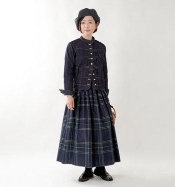 ボリュームのあるAラインのスカートには、タイトなデニムジャケットでまとめれば優等生スタイルに。