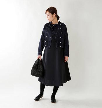 ブラックでまとめたスタンドカラーのデニムジャケット。ワンピースを合わせておめかしスタイルに。