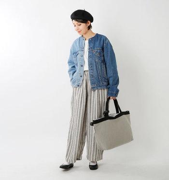 左右アシンメトリーな2色カラーを使った個性的なデニムジャケットは、遊び心のあるアイテム同士を合わせて印象的なスタイルを楽しんで。