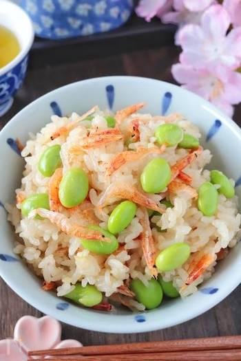 本格的なおこわの食感を、切り餅を入れて炊くことで手軽に。炊き上がりに、乾燥桜エビと枝豆(冷凍でも大丈夫です)を混ぜ込むことで、見た目も鮮やかな春色おこわが完成です。口の中で桜エビと枝豆の香りが広がって、風味豊かな一品に。土鍋で炊いて、そのまま食卓に出してもいいですね。