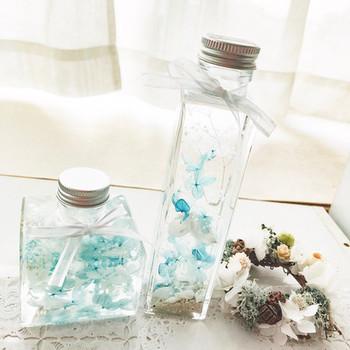 ボトルに閉じ込めた、爽やかで繊細なブルーのお花たちが素敵ですね。玄関や寝室の窓辺など、光が差し込む場所にそっと飾りたくなります。