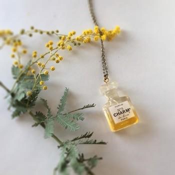 まるで本物の香水瓶かのような、可愛い香水瓶モチーフアクセサリー。眺めているだけでうっとり癒されます。