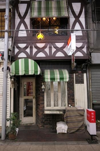 ゆったりとした時が流れる喫茶店といえば、60年以上の歴史をもつ「荻窪 邪宗門」も外せません。荻窪駅から徒歩2分、荻窪北口駅前通商店街にあるロッジ風の外観のお店です。