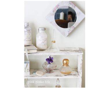 ころんとしたアンティークなフォルムが優しい印象の香水瓶。ゴールドのアンティーク風の蓋がボトルの魅力をより際立たせていますね!