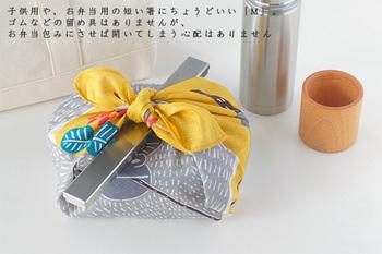 この箸箱、蓋をしても厚みはたったの13mmほどとスリムな佇まい。箸箱を閉じるバンドなどは付属していませんが、蓋の深さがある程度あるので、バッグの底や、お弁当と一緒に包みこめば大丈夫。不便さを感じることはありません!サイズは、普段の食事で使う長いお箸でも入る大きさの「大」、お弁当用や子供用の短めのお箸としておすすめの「小」、お好みのサイズを選んでみて下さいね。