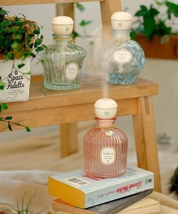 なんと!香水瓶型のおしゃれな加湿器があるのです!家電である加湿器は、丸型やスクエア型など、カラーバリエーションは豊富でもデザインはシンプルなものが多い傾向にあります。これなら大人女子のインテリアにも溶け込みそうですね。