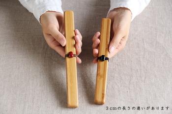 シンプルで、美しい佇まい、竹の積層模様が活かされた箸ケース。素材が持つあたたかなぬくもりが伝わり、使うたびに心がほっと和む、そんなアイテムです。もともと箸ケース自体は、かさばるものではありませんが、こちらの箸ケースの厚みは1センチと、とても薄手に仕上げられています。また、小さなバンドが付いているので、鞄の中で蓋が開くこともありません。 赤か黒の根竹がアクセントに!