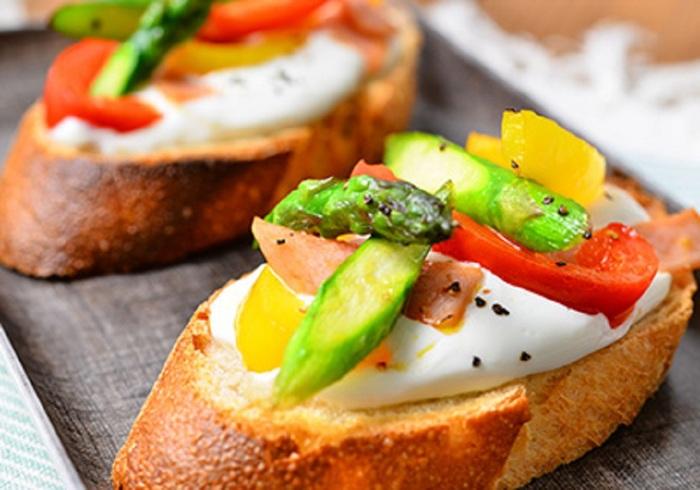 『パルテノ』は濃厚なクリーミーさが特徴。だからパンやクラッカーにのせても通常のヨーグルトのように水っぽくなりません。だからオープンサンドにして楽しむことができます。その上にグリル野菜をのせればちょっとした前菜としてホームパーティーにもよさそう。