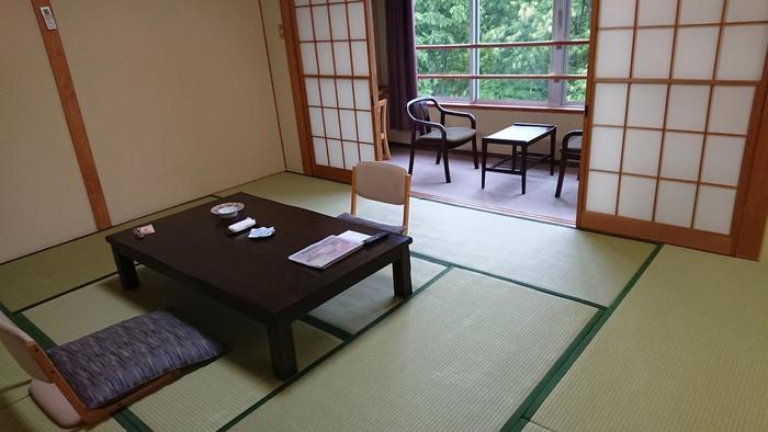 豊かな自然を風景にゆっくりとくつろげる客室も、清潔感があって落ち着きますね。