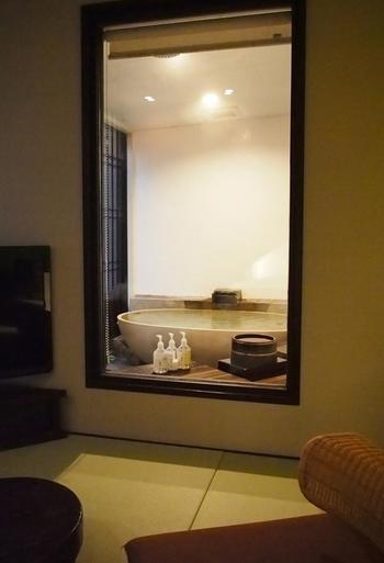 台温泉の名湯を独り占めできるお風呂付の客室です。ゆったりと落ち着いた雰囲気で、時間を忘れてしまいそうになりますね。