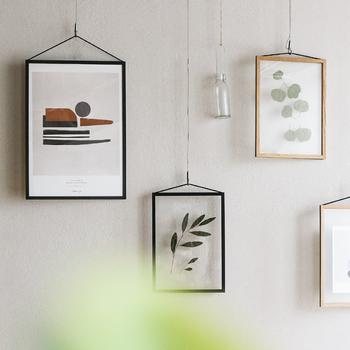 素敵なイラストや写真、ファブリック・・・立てかけたり床に置いたりしてもいいけれど、壁に飾ればもっと空間を楽しめるはず。壁に跡が付きにくい便利なアイテムを使って、壁掛けインテリアに挑戦してみませんか?