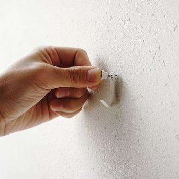 フックを通して、壁に押し込みます。ハンマーなどの特別な工具は要らずに手で大丈夫。