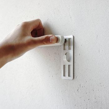 180度開くホッチキスで、カチンカチンと針を刺していきます。壁の跡も目立たず、重めの額も掛けられる優れものです。