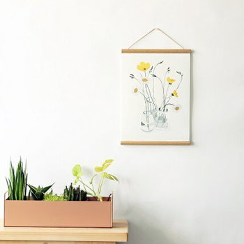 しなやかな花の姿が春らしいポスターです。透明感と明るさが壁に咲きます。