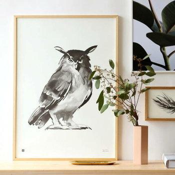 モノトーンで描かれた動物や植物のイラストです。シカや小鳥、松ぼっくりなど自然を思わせるモチーフでも、ナチュラルになり過ぎないかっこよさがあります。