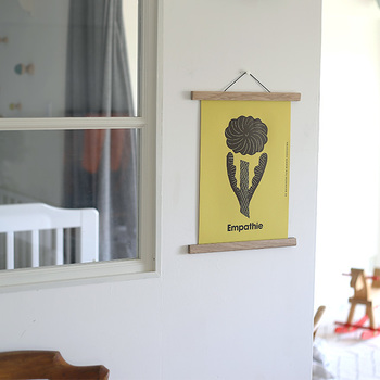 使い方は簡単、好きなポスターや紙を挟むだけ。枠の無いデザインが、カジュアルで気どらない絵の楽しみ方をさせてくれます。