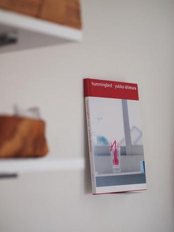 お気に入りの本があったら、それを飾るのも素敵です。レシピ本や写真集など、場所や季節に合わせて本を選んで楽しもう。