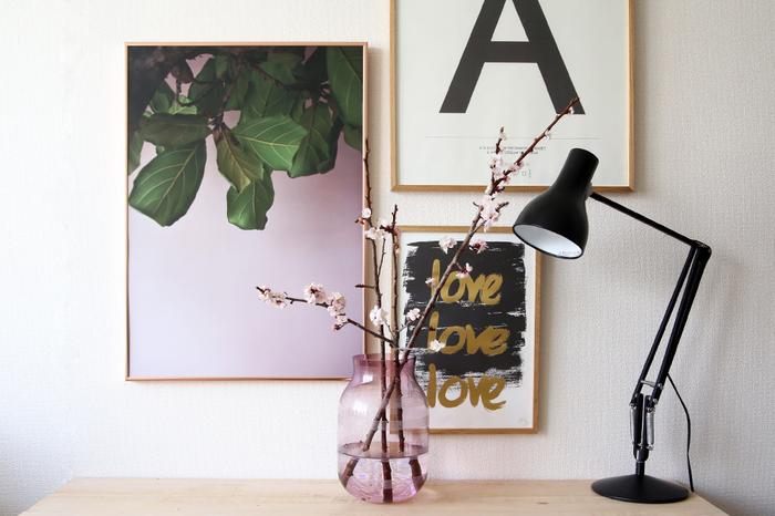 素敵なポスターやカードなど、飾って楽しみたいアイテムがあるなら、もっと壁を使ったインテリアに挑戦してみましょう。便利なアイテムを活用すれば、賃貸でも大丈夫。組み合わせたり、入れ替えたりしてアイデアを広げて楽しんで。