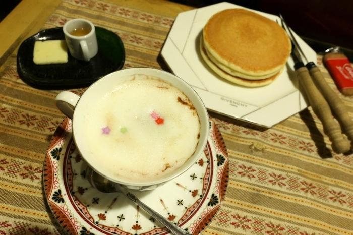 ホットケーキのお供には、星形のチョコスプレーがトッピングされた甘い「ルシアン・コーヒー」がおすすめ。レトロ喫茶店で飲みたい「ウインナーコーヒー」や、シナモンスティックが入った「カプチーノ・コーヒー」などもあります。