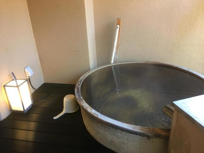28室ある客室の全てに、渓流を望むように露天風呂を配置されています。名湯の源泉100%のお湯も、お風呂から見える四季の眺めもすべて一人占めできます。泉質は単純泉で、肌にやさしく美肌効果が期待できます。