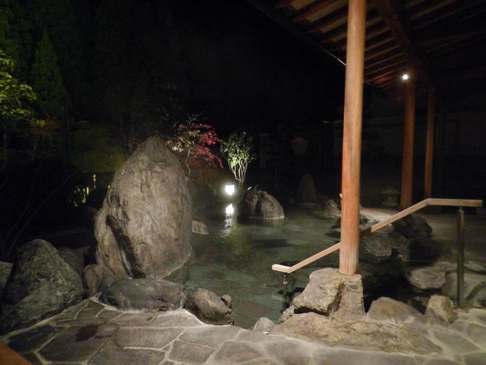 庭園露天風呂にある「喜久の湯」です。夜はライトアップされて雰囲気がいいです。星空を眺めながらの温泉も素敵ですね。