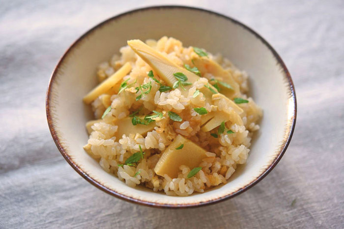 定番の「たけのこご飯」は、優しい味付けでほっこりする美味しさ。市販のたけのこ水煮でも美味しくできますが、生のたけのこを使うとさらに風味が増して、旬の味を楽しめますよ。