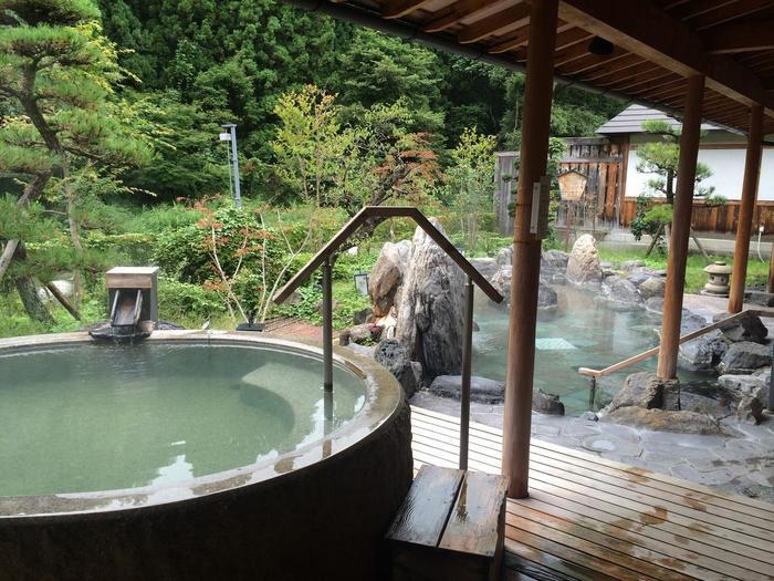 同じ庭園露天風呂にある御影石をくりぬいたお風呂です。露天風呂はお部屋のお風呂と少し泉質が違い、ナトリウム-硫酸塩・塩化物泉となっています。塩分が少し入っているので、湯上りはしっとりしていて湯冷めしにくいのが特徴です。