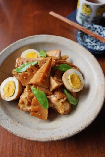 ゆで卵と手羽先を一緒に醤油で煮込んだレシピ。たけのこの食感と柔らかく煮込まれた手羽先が美味しい一品です。