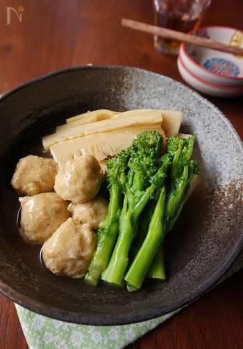 旬のたけのこと菜の花を、やわらかい鶏団子と一緒に薄味でサっと煮ています。春らしい和風の煮物は、お子さんに旬の味を教えるのにおすすめです。