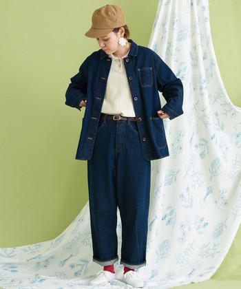 いつものデニムコーデをアップデートするなら、デニム×デニムの着こなしに挑戦してみてはいかがでしょう。 オーバーサイズのジャケットに、太めパンツを合わせる時は、裾をロールアップしてぬけ感を出してあげましょう。差し色ソックスで、さり気なく遊び心をプラスするとひとつ上のスタイリングが楽しめます。