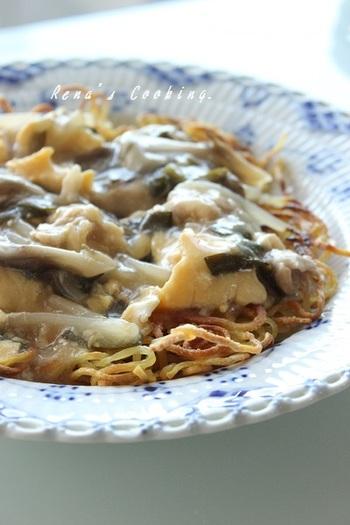 """サンラータンは中華料理ですが、こちらは特別な調味料を使わずに作る""""サンラータン風""""。パリパリの麺にとろ~りあんかけ&さっぱりとした酸味で、暑い日も食が進みそう。かた焼きそばは、中華麺をほぐさずに焼くのが綺麗に焼き目をつけるコツです。"""