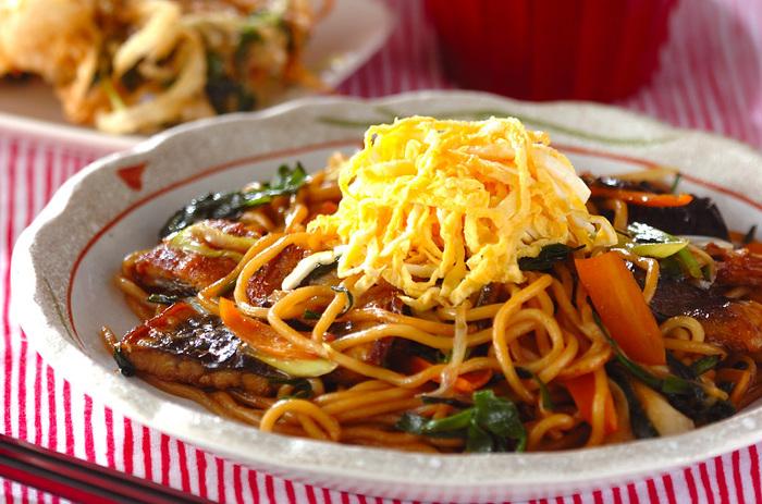 高価なウナギを、焼きそばに…?ちょっとドキドキしちゃいそうですが、 錦糸卵も乗せて、特別な日に食べたくなるような豪華な焼きそばにしてみましょう。蒲焼きのタレを絡めた麺は甘辛でとっても美味しそう!