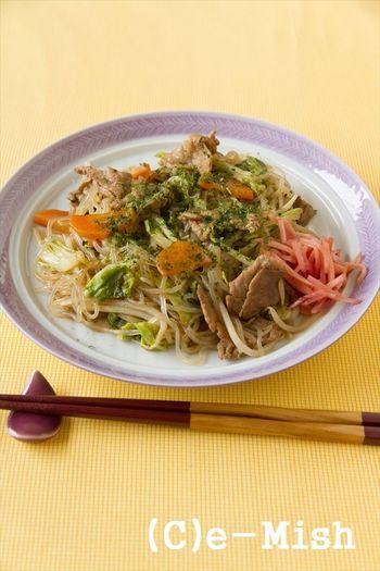 最近ちょっと食べ過ぎているな…という時におすすめなのが、中華麺を白滝に変えた低カロリーのレシピです。白滝はしっかり乾煎りして水分をとばすことがポイント!肉や野菜もバランスよく摂れますし、白滝は腹持ちが良いのでしっかり満足感もあります。